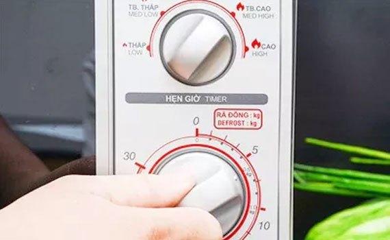 Nút điều khiển dễ sử dụng của lò vi sóng SHARP R-21A1(S)VN