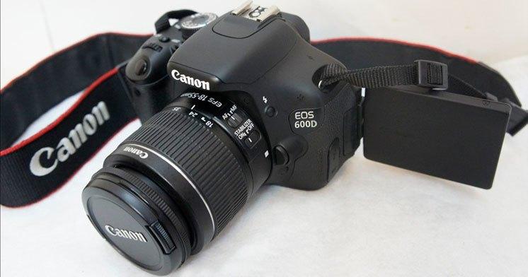 Máy ảnh Canon EOS 600D kèm theo ống kính EFS 18-55mm tiện dụng. Mặc dầu ra mắt đã lâu, nhưng máy ảnh Canon eos 600D vẫn còn là một lựa chọn của không ít người, cả những người đã có kinh nghiệm và những người đang phân vân bắt đầu.