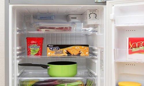 Tủ lạnh Aqua AQR-145AN (SS) có khay trong suốt dễ dàng lau chùi