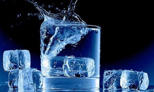 Tủ lạnh Aqua AQR-145AN (SS) vận hành êm ái tạo ra những viên đá lạnh