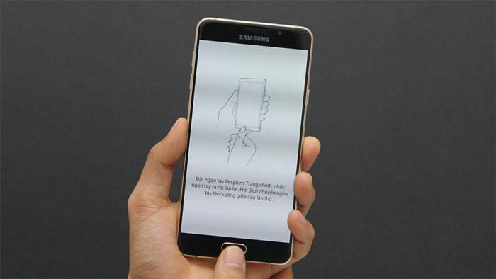 Điện thoại Samsung Galaxy A7 Gold có cảm biến vân tay
